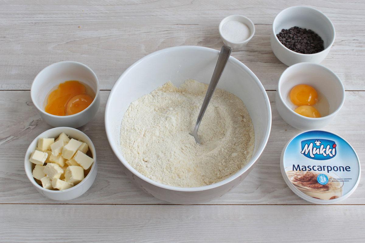 Torta sbriciolata con crema al mascarpone e gocce di cioccolato