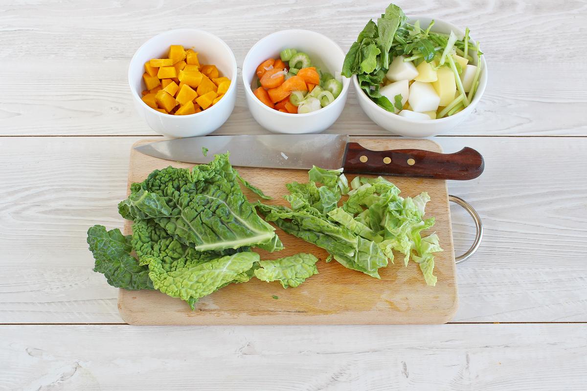 Zuppa di verdure autunnali nella zucca