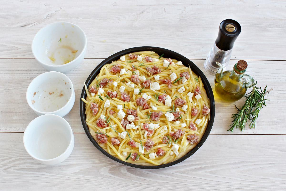 Pizza di farro con patate e salsiccia
