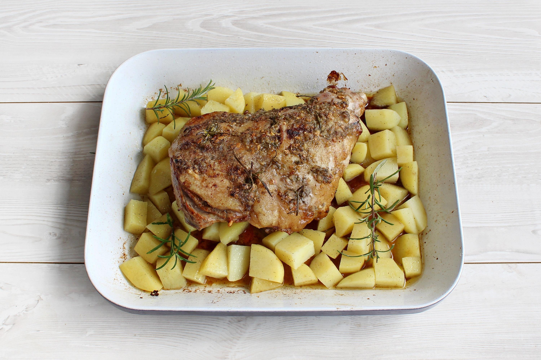 Coscio di agnello al forno con patate