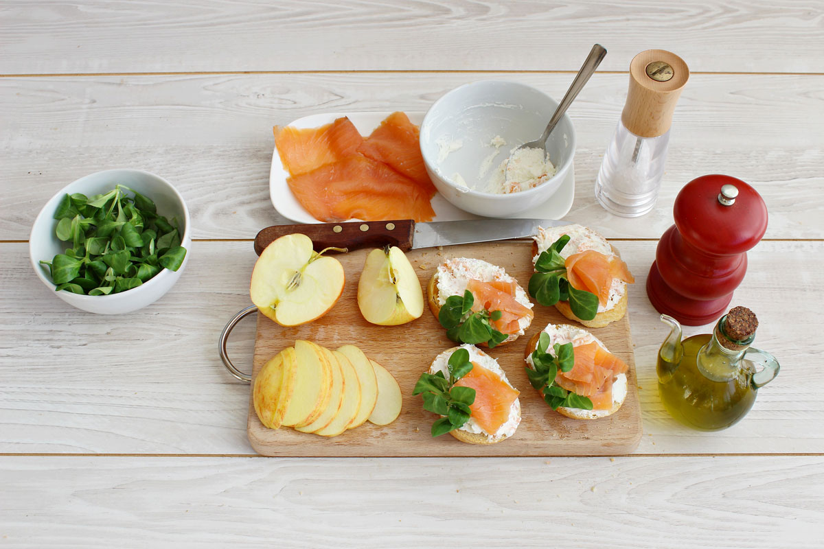 Crostini con salmone, valeriana e mele